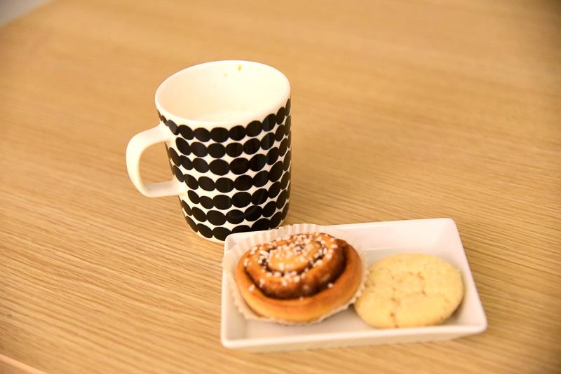 シナモンロールとコーヒーでほっと一息