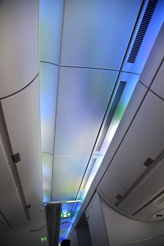 機内はLED照明技術によりオーロラのように美しい光が天井を照らす
