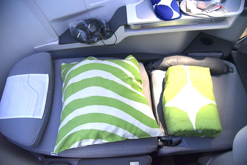 ビジネスクラスはフルフラットシート採用で極上の眠りを約束してくれる。足下も広々