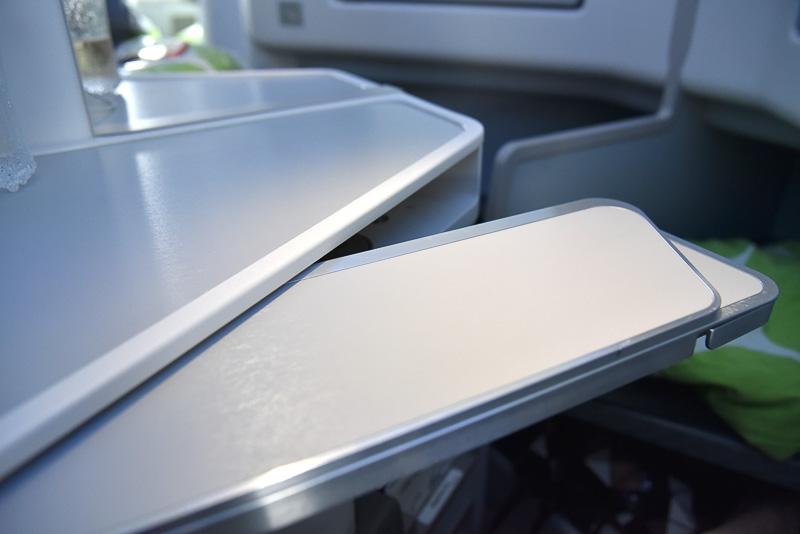 メインのテーブルは2段階式。サイドテーブルはウェルカムドリンクを置いたり、ちょっとした小物を置いたりと使い勝手がよい
