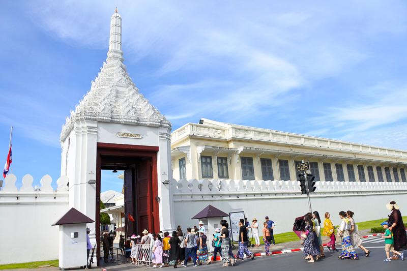 入場するためのウィセートチャイスィー門には弔問へ向かう人々の行列が。しばらくするとの合間を縫って観光客も門をくぐることが可能