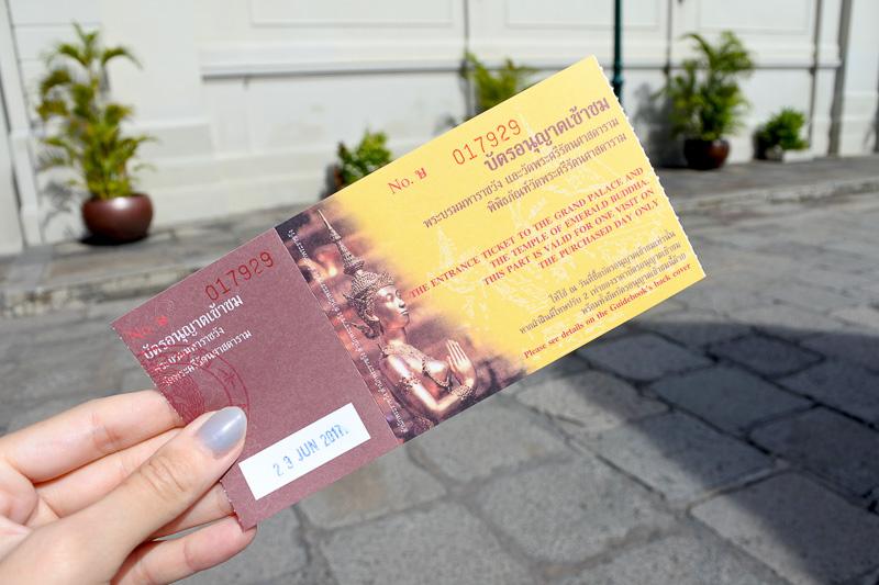 チケットは、500バーツ(約1850円、1バーツ=約3.7円換算)。入場後に各言語の説明書を受け取ろう