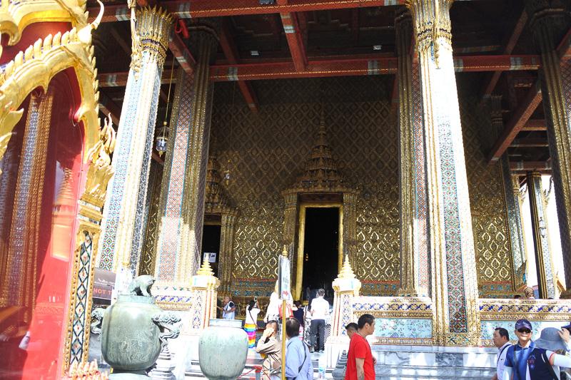 「ワット・プラ・ケオ(王宮寺院)」の美しさと荘厳さに圧倒される。柔らかな音を鳴らす風鈴的な装飾も軒下部分にあり、神聖な雰囲気が漂っている
