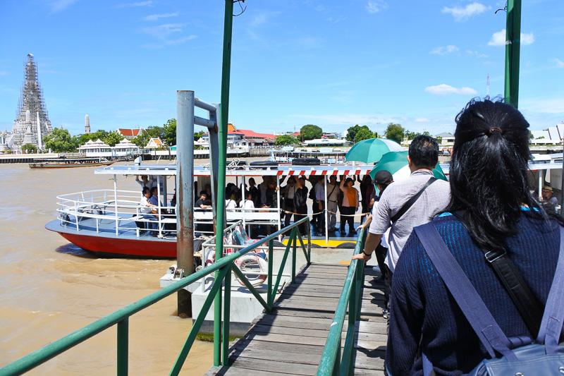 桟橋を渡り、船へ。多くの船舶が行き来するなか、数分ほど乗船し、向こう岸に到着