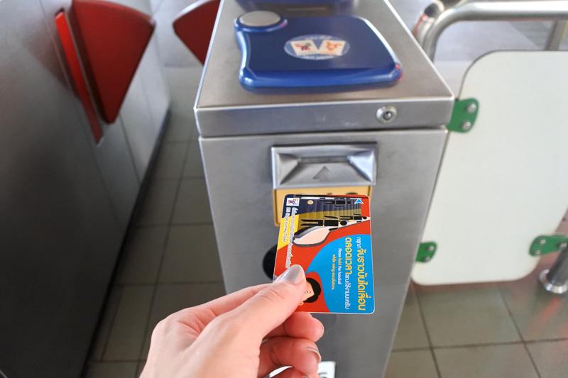 カード式のチケットを改札口に入れよう。扉が閉まるのが速いので挟まれないように