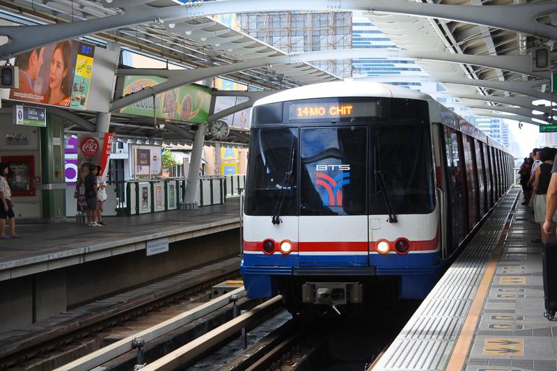 ナナ駅からモーチット駅行きの電車に乗ることに