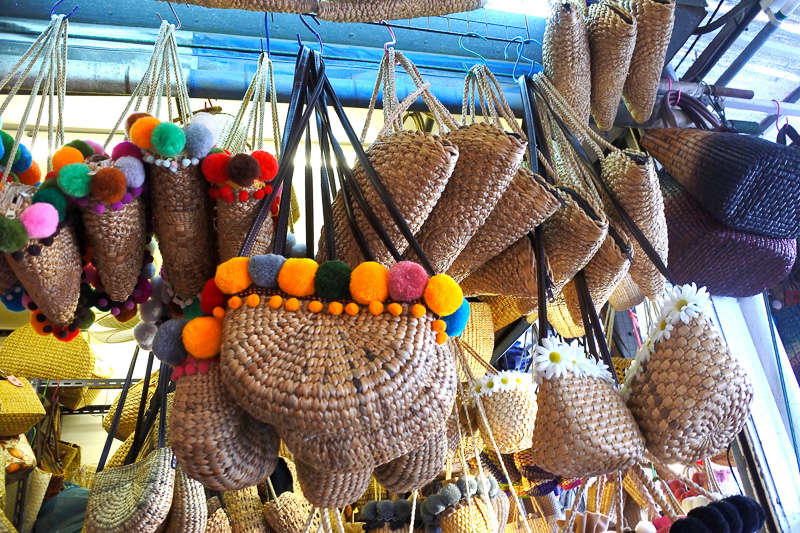 民族調のバッグや夏に大活躍のカゴバッグなどハデなものからシンプルなものまでいろいろ