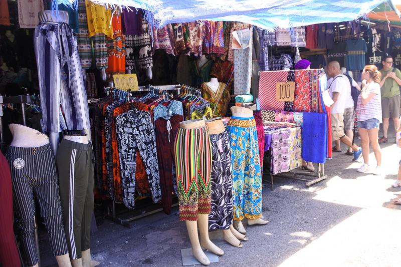 タイパンツも観光地のお土産屋に比べると柄の豊富さは歴然。刺繍スカートもかわいい物が揃っていた