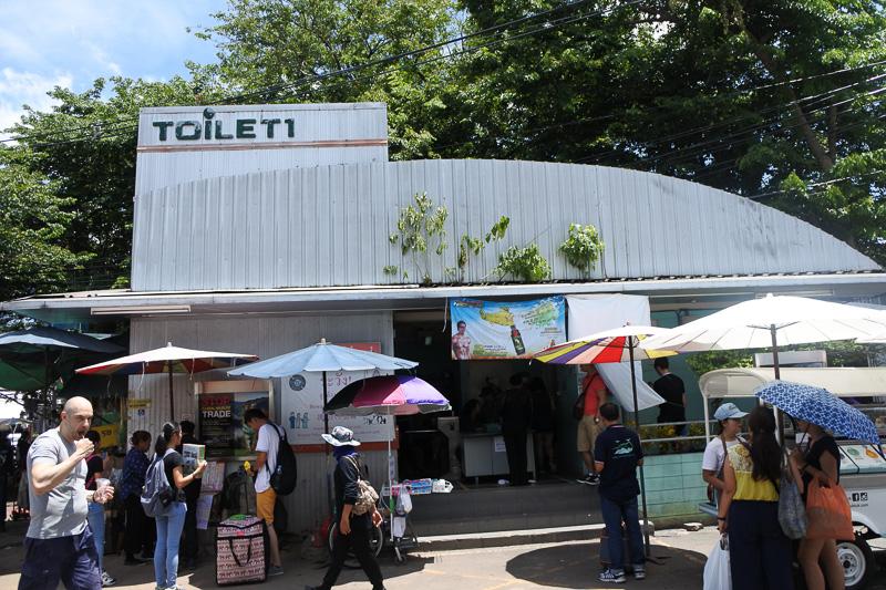 大きめの有料公衆トイレも用意されている