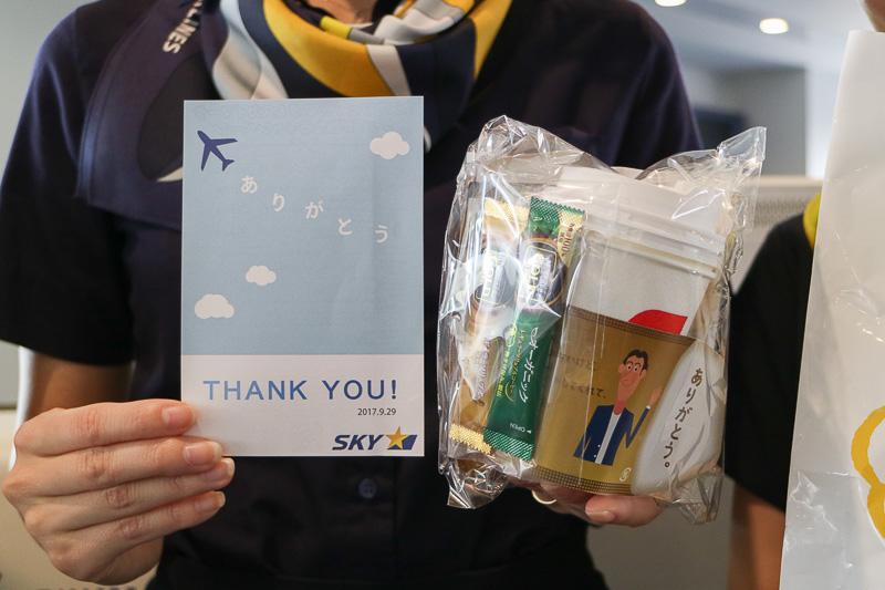 プレゼントの内容は、「ありがとう」のメッセージカッドを添えたネスレのコーヒーが2杯分