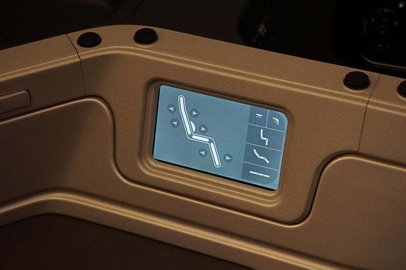 シートの調整はこの液晶パネルで行なえる