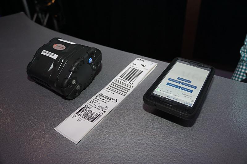グランドスタッフが持つモバイル端末を利用したチェックイン業務のための機材。これにより地上係員はカウンターの中にいなくても、チェックイン作業ができるようになる。