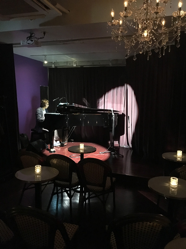 Paris kidori店内。至近距離で劇場型ステージを楽しめます。