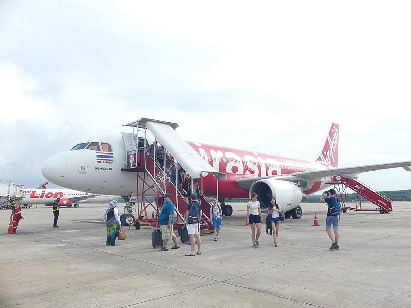 クラビ空港に到着。降りた瞬間からリゾートっぽい雰囲気が漂う