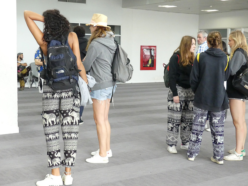 ナイト・バザールで買いました風の洋服を着た欧米人がいっぱい