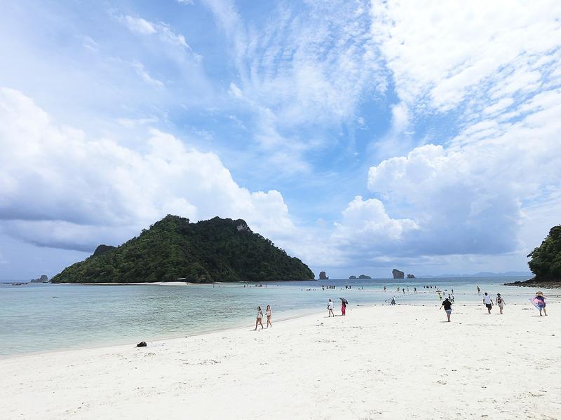 2番目の島。真っ白い砂浜が眩しい