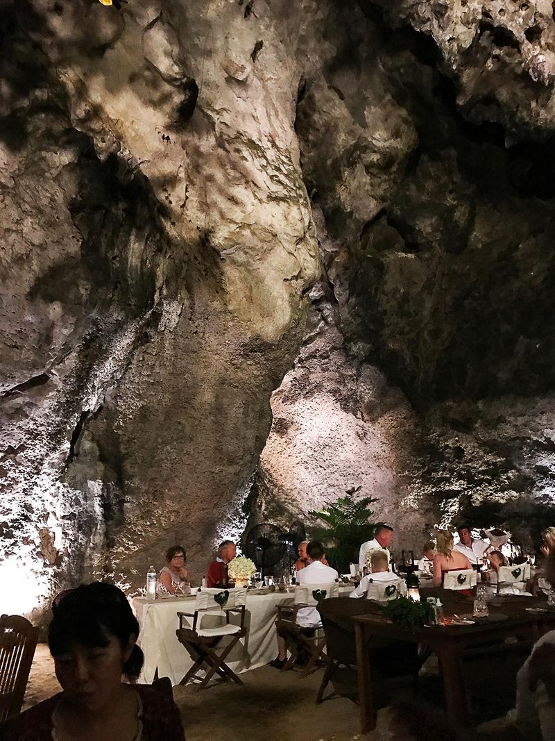 洞窟の岩肌がむき出しのワイルドさが魅力