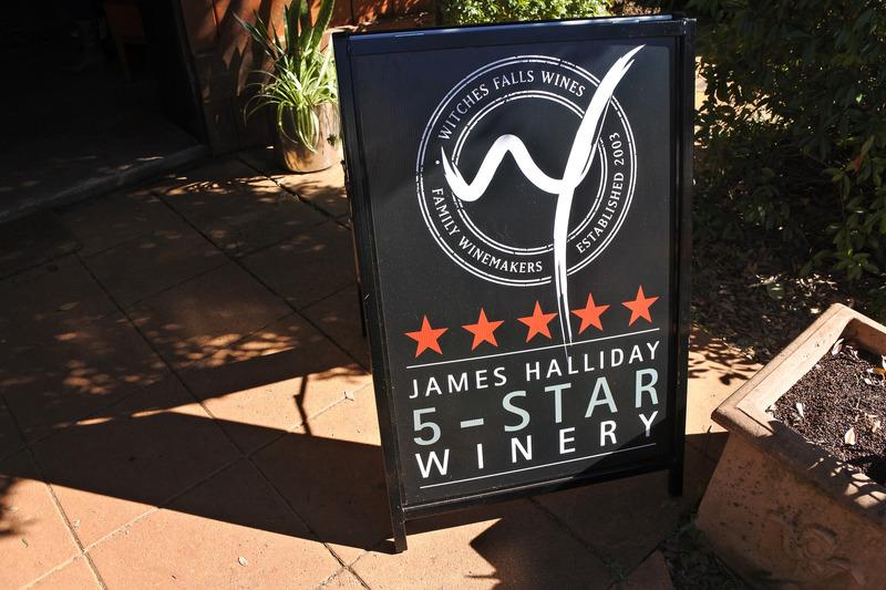 「Witches Falls Winery」。ワイン評論家のジェームス・ハリデイ氏の5つ星獲得のボードも