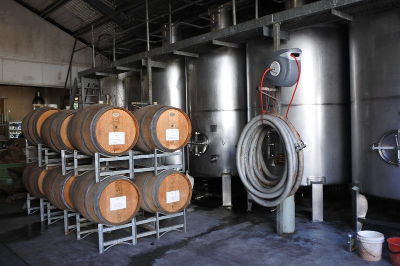 ワインの注文カウンターからは醸造所が見えるが、ツアーではその中を説明を聞きながら歩ける