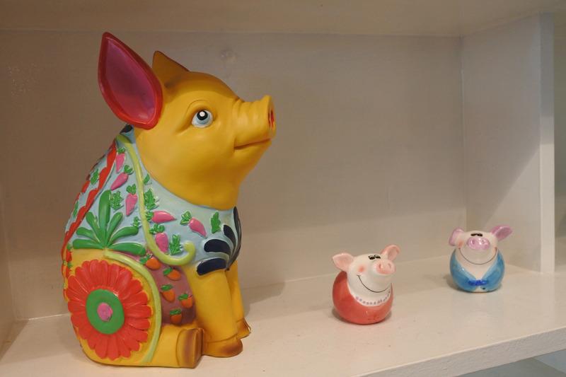 ボードには3匹のこぶたの鼻の絵が。お店のあちこちに豚モチーフが見られた