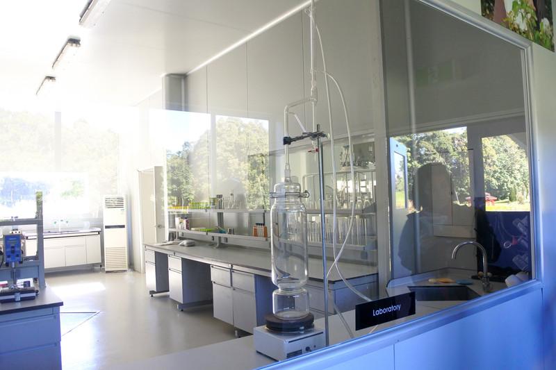 ファクトリーとラボの様子。ガラス越しに製造風景や研究の様子が見学できる