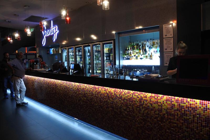 「セブンティ7カフェ+バー」でドリンク片手に夕日を眺めるなど優雅なひとときも過ごせる