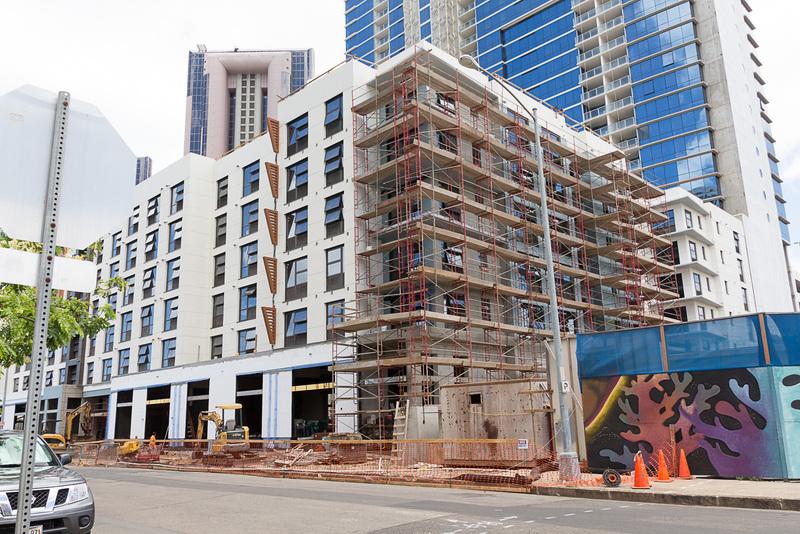 カカアコでは建設途中の建物が多く見られる
