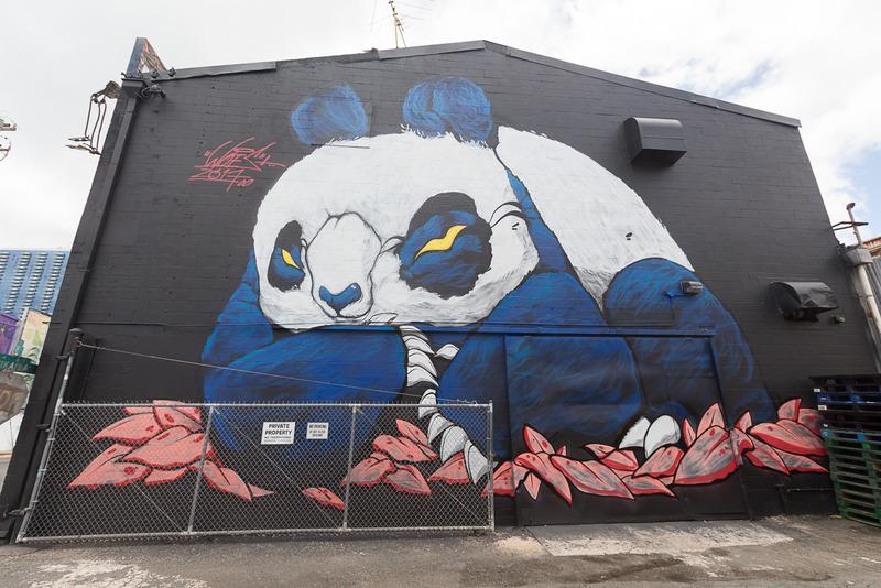 壁一面に描かれた作品。シュールに描かれたパンダが印象的だ