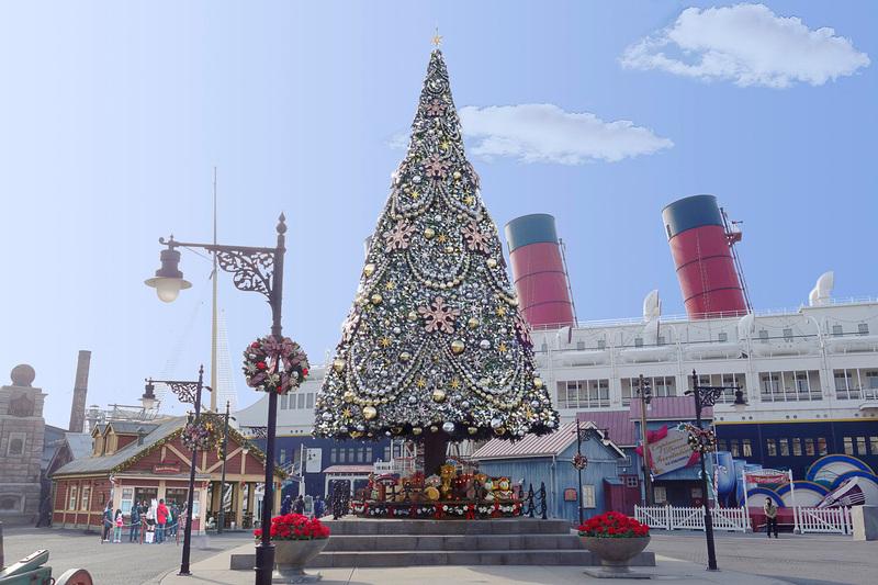 アメリカンウォーターフロントの豪華客船S.S.コロンビア号前の巨大なツリーには雪化粧が施される