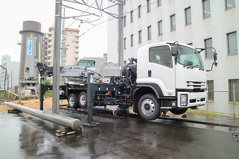 JR西日本が導入した電柱ハンドリング車