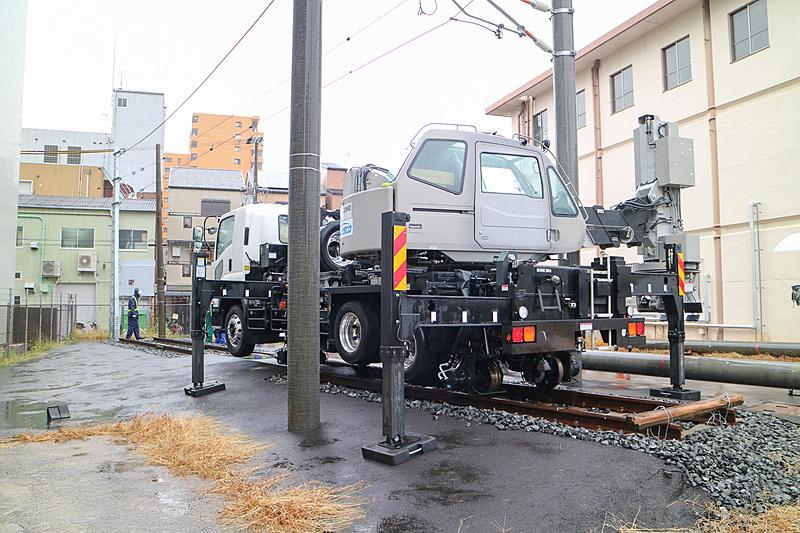 電柱ハンドリング車は踏切などから軌道に進入して、現場での作業を行なえる