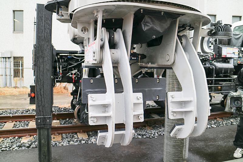 電柱ハンドリング車のアームは最長14m、重量約2500kgまでのものをハンドリングできるという