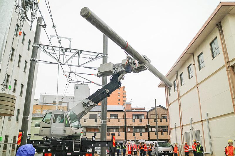 長さが約10m、重量が約1300kgの電柱を持ち上げる