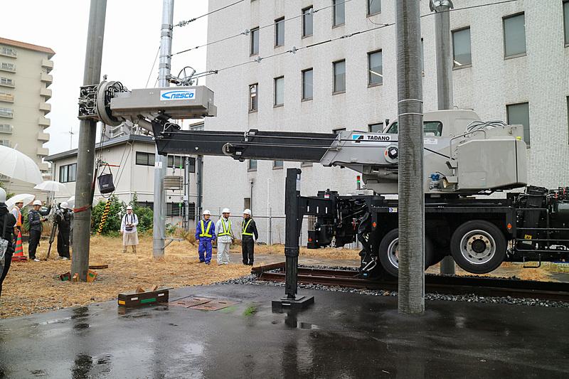 電柱を設置したら木材で仮固定。実作業ではこのあとコンクリートを流し込んで固定する