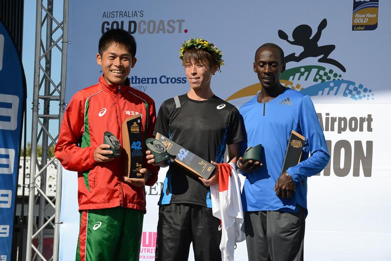 男子優勝は野口拓也選手(中央)、2位がKenneth Mungara選手(右)、3位が川内優輝選手(左)(画像提供:ゴールドコーストマラソン)