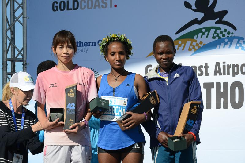 女子優勝はAbebech Bekele選手(中央)、2位がMercy Kibarus選手(右)、3位が竹中理沙選手(左)(画像提供:ゴールドコーストマラソン)