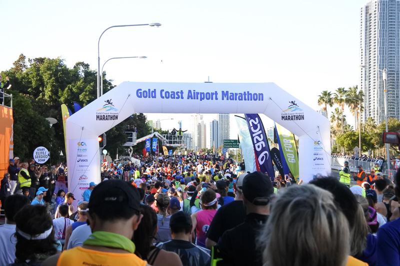 ランナーが続々と42.195kmのレースへと出発