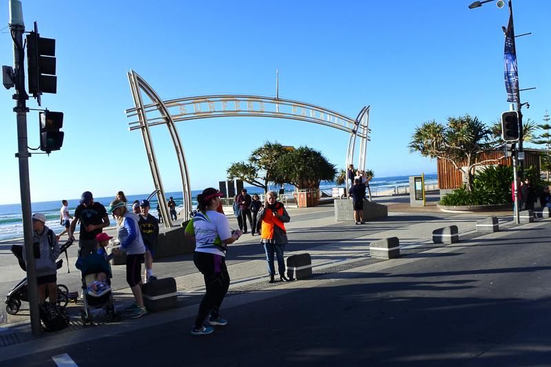 「サーファーズ・パラダイス」のアーチを横に朝の海岸沿いをしばらく走る