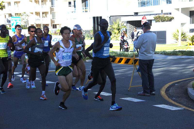 7km地点で23kmを走り終えたランナーとすれ違い、8km地点で24km地点の先頭集団と出会った
