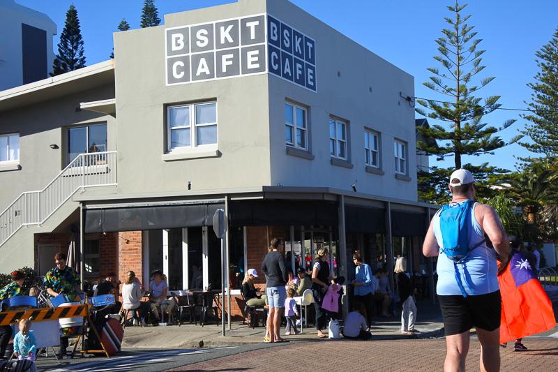 地元っ子が集う「BSKT CAFE」からもまったりと声援が