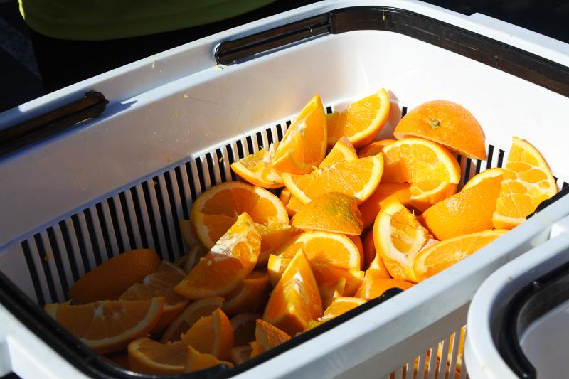 キウイとオレンジがどっさり置かれており、つまむことも