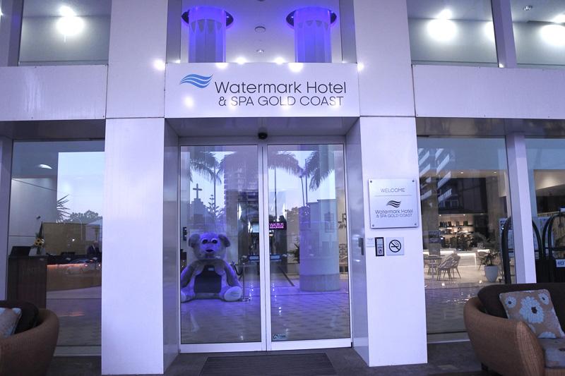駅近、海近な立地に建つ「WATERMARK HOTEL & SPA GOLD COAST」。館内の「WALRUS SOCIAL HOUSE」も人気
