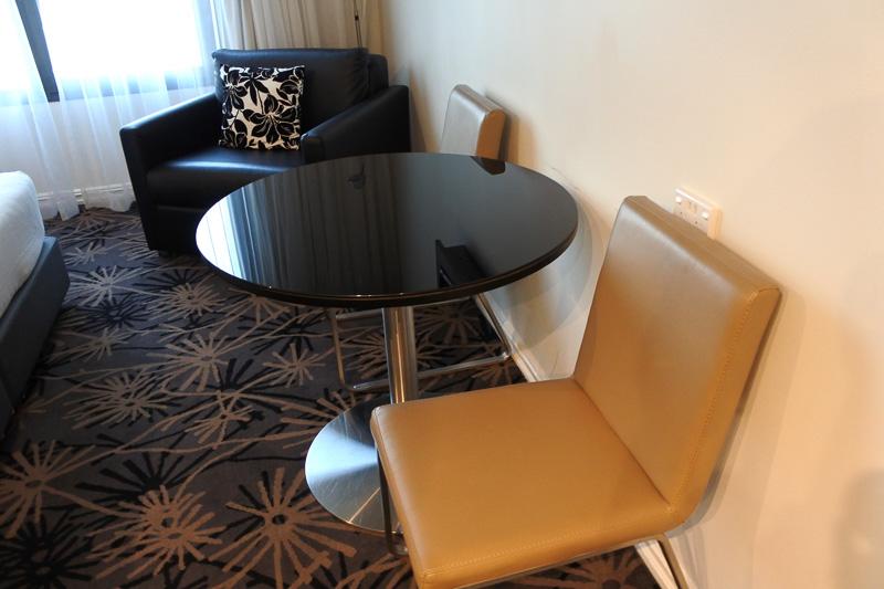 ベッドの正面には、テレビとテーブル、椅子を用意