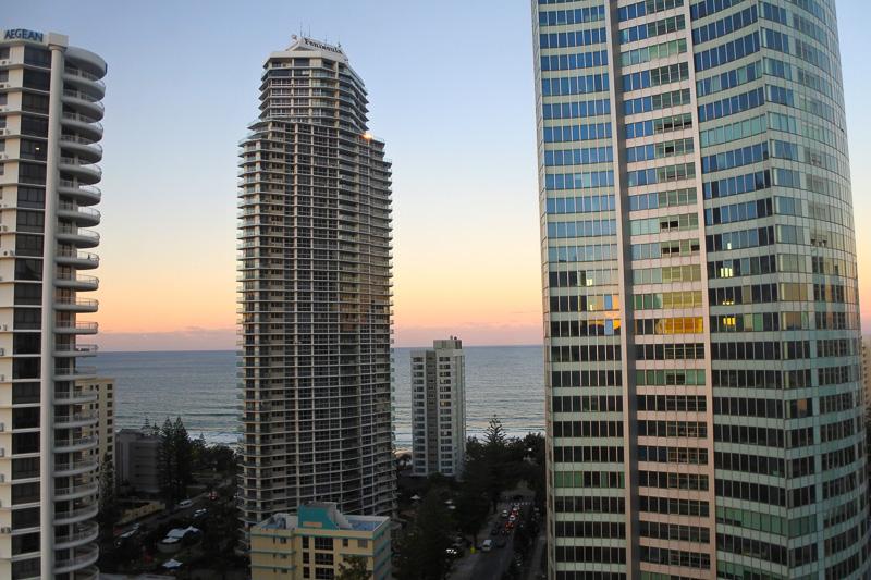 窓からの景色はビルと海