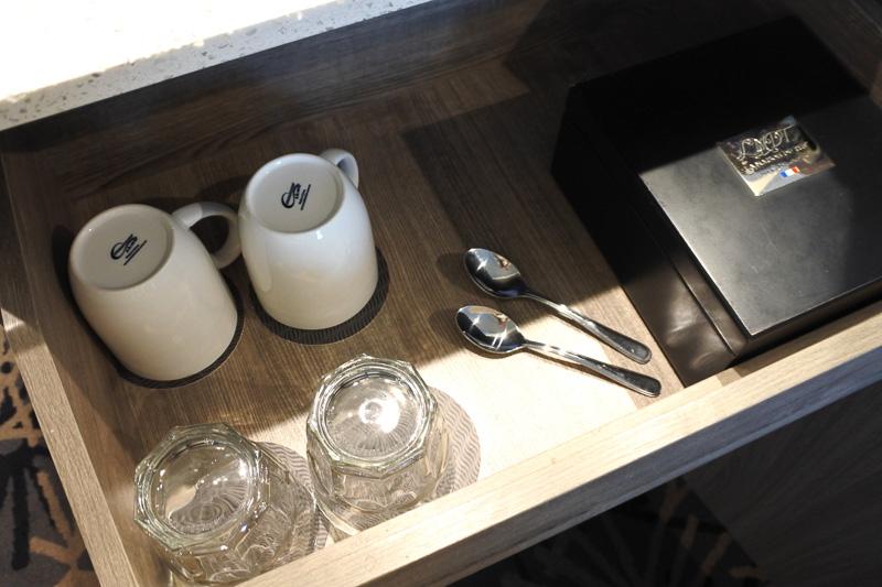 クローゼット横の台にはマカロンのほかにポット。棚を開けるとカップや紅茶を用意。ミニ冷蔵庫は自分でドリンクを入れるスタイル