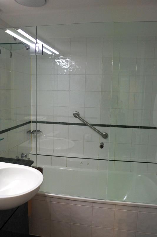 バスルームはバスタブ付き。シャワーは固定となっている