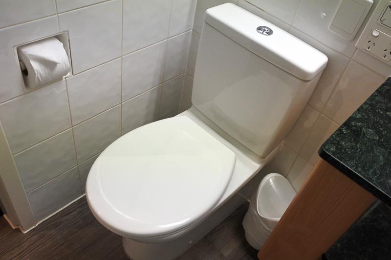 トイレは上の部分を押すと水が流れるタイプで温水洗浄機能はない