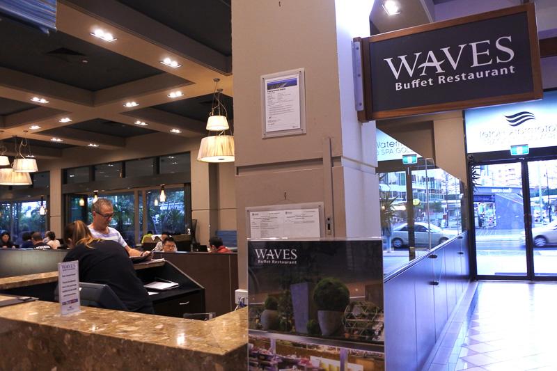 朝食会場の「WAVES BUFFET RESTAURANT」