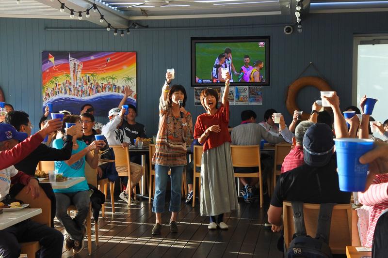 谷川真里選手らが乾杯の音頭を取り会場にいるランナーたちと祝杯をあげた