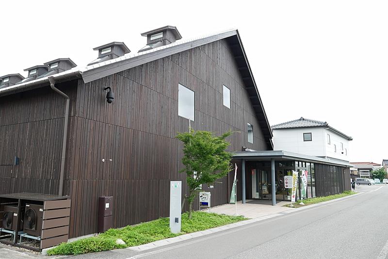 槇島ほうきを販売している、観光拠点施設「庄内町新産業創造館クラッセ」。JR羽越本線 余目駅の駅前にある米倉庫を改装して作られている